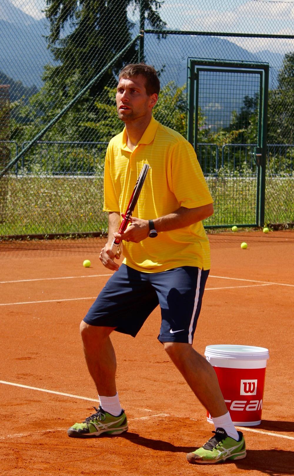 Unser Referent und Tennistrainer Dr. med. Dipl. Biochem Jan Wolff beim Tennis